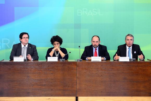 Ministros Izabella Teixeira e Luís Inácio Adams (centro) defendem o acordo consensual com as empresas / Foto: Wilson Dias - Agência Brasil