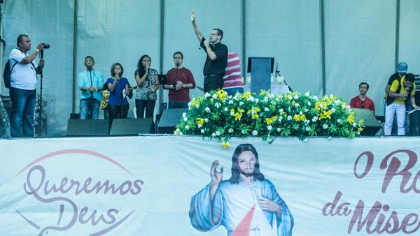 Padre Anderon Marçal conduz momento de oração no Queremos Deus 2016 / Foto: Dayane Ramos