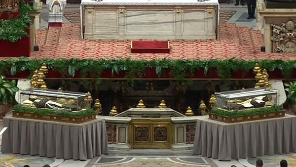 Corpos de São Padre Pio e de São Leopoldo expostos na Basílica de São Pedro / Foto: Reprodução CTV