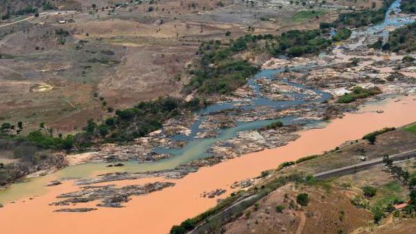 Imagem aérea mostra a lama no Rio Doce, na cidade de Resplendor (MG) / Foto: Fred Loureiro/Secom-ES - Arquivo
