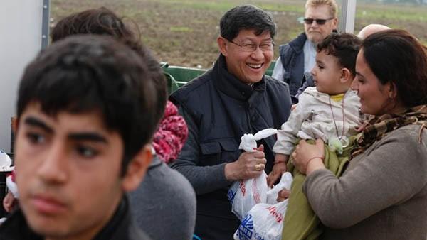 Cardeal Tagle em campo de refugiados na Grécia / Foto: Arquivo Rádio Vaticano