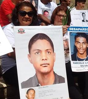 Elane Botelho (à esq.), mãe de Ailton, desaparecido em 99/ Foto: Mães da Sé