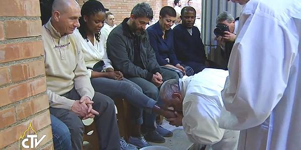 Francisco lava os pés de detentos na Missa da Ceia do Senhor do ano passado / Foto: Reprodução CTV