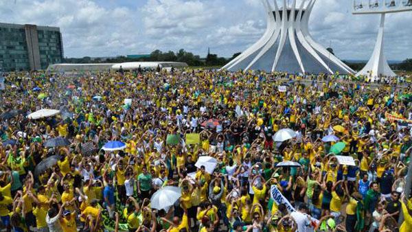 Brasileiros vão às ruas em Brasília em protesto   / Foto: José Cruz-Agência Brasil