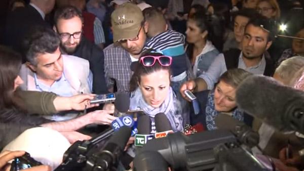 Nour, e atrás dela o marido e o filho, fala à imprensa agradecendo ao Papa por seu gesto / Foto: Reprodução - Comunidade de Santo Egídio