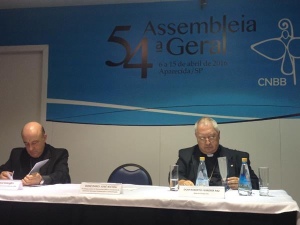 Dom Murilo (esq.) e Dom Roberto durante apresentação da mensagem para eleições 2016 / Fopto: André Cunha - CN