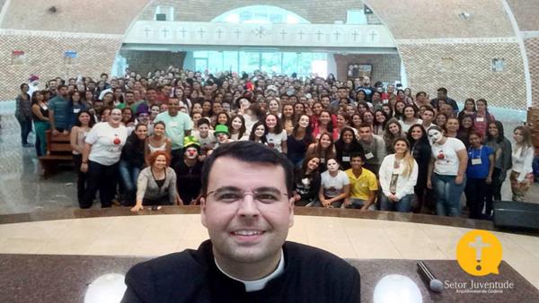Padre Max e os jovens reunidos em momento de formação / Foto: Setor Juventude da Arquidiocese de Goiânia