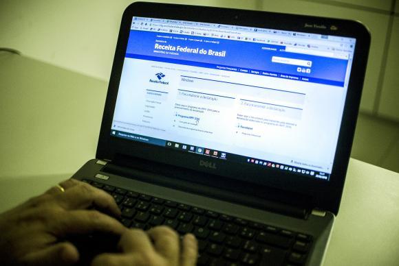 O programa gerador da declaração do IR pode ser baixado no site da Receita Federal / Foto: Marcelo Camargo - Agência Brasil
