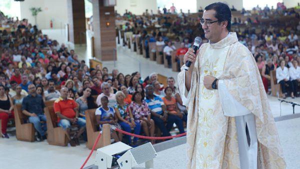 Padre Moacir em Missa celebrada no Santuário do Pai das Misericórdias, na Canção Nova. / Foto: Canção Nova