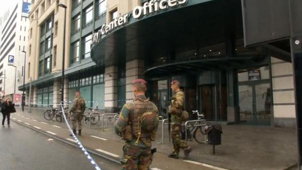 Centro comercial de Bruxelas é isolado por agentes de segurança / Foto: Reprodução Reuters