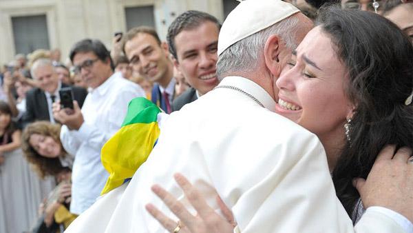 Fabíola, recém-casada, abraça o Papa Francisco  / Foto: Arquivo Pessoal