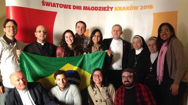 Gustavo Huguenin (de xadrez, ao meio) e Ton Oliveira (de xadrez, à direita) juntamente com outros voluntários brasileiros em Cracóvia./ Foto: Arquivo Pessoal