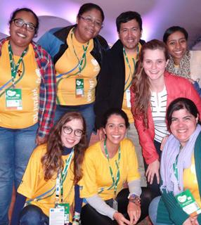 Juliana (de óculos, abaixo) reunida com outros jovens / Foto: Arquivo Pessoal