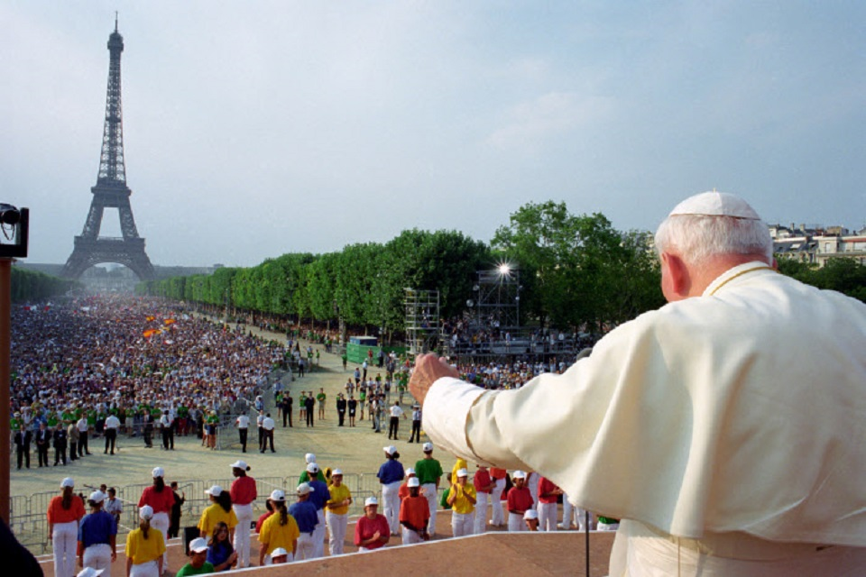 João Paulo II na JMJ em Paris, agosto de 1997 / Foto: Arquivo OR/CPP/CIRIC  August 21,1997: John Paul II waves during a meeting with young at Champ de Mars in Paris. EDITORIAL USE ONLY. NOT FOR SALE FOR MARKETING OR ADVERTISING CAMPAIGNS.