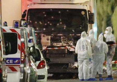 Agentes diante de caminhão após ataque em Nice. 14/7/2016.     REUTERS/Eric Gaillard