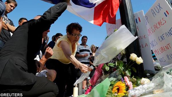 Pessoas colocando flores para as vítimas do atentado em Nice / Foto: Reuters