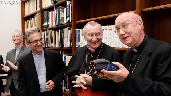 Cardeal Parolin e Monsenhor Viganò na despedida de Dom Celli do Pontifício Conselho das Comunicações / Foto: L'Osservatore Romano