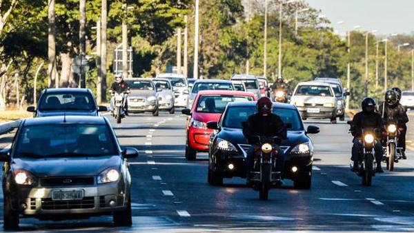 Farol baixo em rodovias durante o dia quer aumentar visibilidade dos motoristas e reduzir acidentes / Foto: José Cruz/Agência Brasil