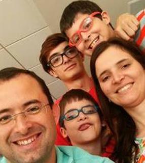 Poliana Marcelino com o esposo e os filhos./ Foto: Arquivo Pessoal.