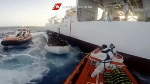 Guarda costeira italiana trabalha no resgate de imigrantes / Foto: Reprodução Reuters