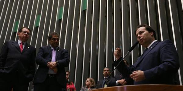 Rodrigo Maia (ao microfone) é o novo presidente da Câmara / Foto: Agência Brasil
