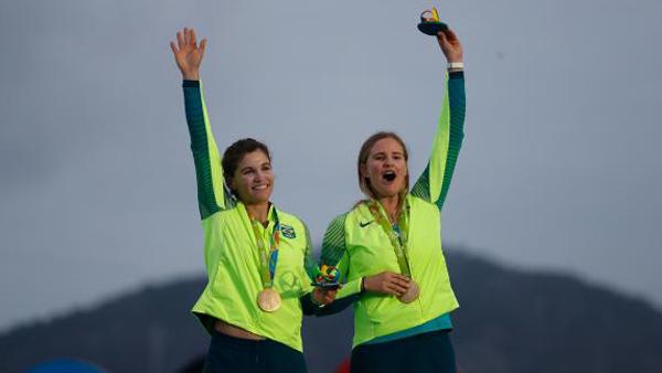 As brasileiras Martine Grael e Kahena Kunze, ouro na regata / Foto: Fernando Frazão/Agência Brasil