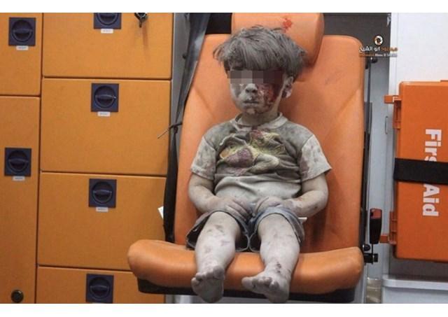 Omran Daqneesh, de 5 anos, após ser retirado dos escombros de sua casa em Aleppo / Foto: Reprodução Aleppo Media Centre
