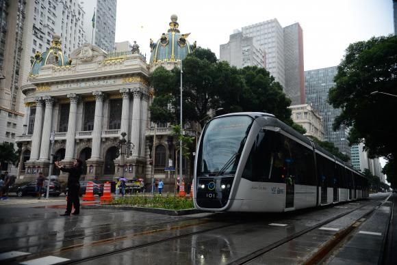 No período dos jogos, o Veículo Leve sobre Trilhos (VLT) transportou 21.703 passageiros em 3.306 viagens entre a Novo Rio e o Santos Dumont / Foto: Fernando Frazão - Agência Brasil