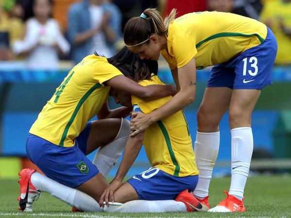 Rafaelle e Erika consolam Marta após a derrota na partida / Foto: Reuters