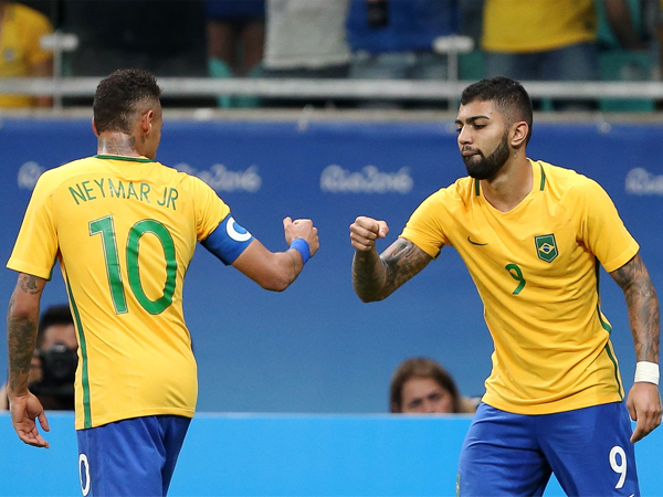 Gabriel Barbosa comemora, com Neymar, o gol na partida / Foto: Reuters