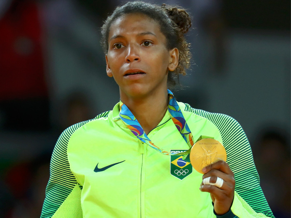 A judoca Rafaela Silva exibe medalha de ouro, primeira do Brasil na olimpíada 2016 / Foto: Reuters