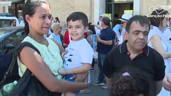 Marcílio, a esposa Fernanda e um dos filhos; eles já estão em Roma para a canonização / Foto: Reprodução TV Canção Nova