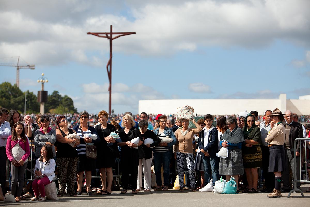 Um gesto habitual nesta Peregrinação de agosto é a oferta do trigo para a fabricação de hóstias / Foto: Santuário de Fátima