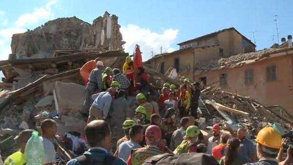 Equipes trabalham no resgate de vítimas / Foto: Reprodução Reuters