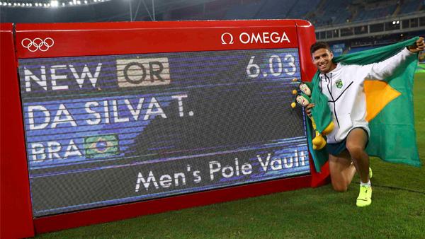 Thiago Braz comemora o ouro e recorde olímpico / Foto: Reuters
