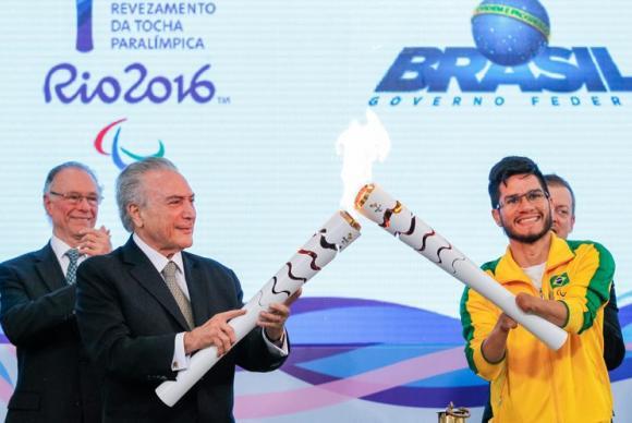 O presidente interino Michel Temer e o velocista Yohansson Nascimento acendem a tocha paralímpica./ Foto: Beto Barata/Presidência da República