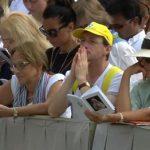 Fiéis rezam a Deus em agradecimento pela nova santa da Igreja: Santa Teresa de Calcutá / Foto: Reprodução CTV