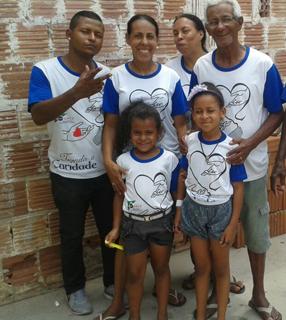 Auxiliadora Cunha (segunda à esquerda) e sua família no trabalho vicentino na cidade de Cruzeiro (SP)/ Foto: Arquivo Pessoal.