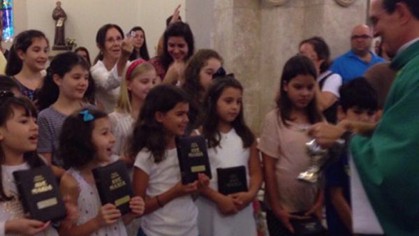 Crianças da Catequese Bom Pastor na Missa de Entrega da Bíblia./ Foto: Site oficial