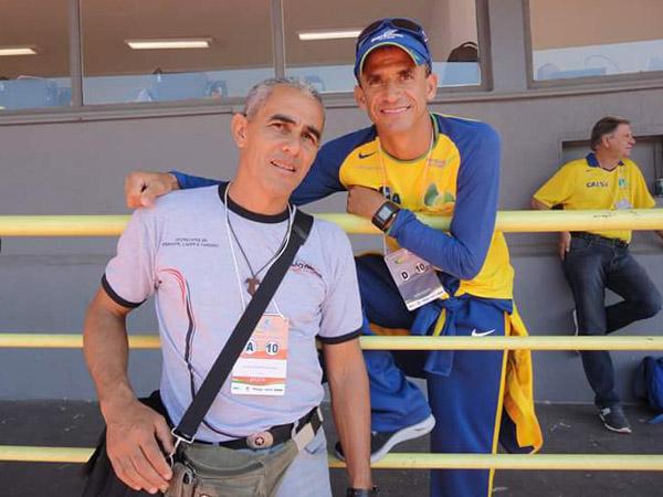 Moisés (esq.) ao lado do ex-maratonista Vanderlei Cordeiro de Lima / Foto: Facebook AAL