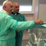 Papa Francisco faz visita surpresa a hospitais em Roma