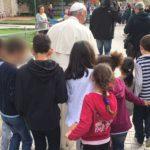 """Crianças acompanha o Papa em visita à """"Aldeia SOS"""" / Foto: Site oficial Jubileu da Misericórdia"""