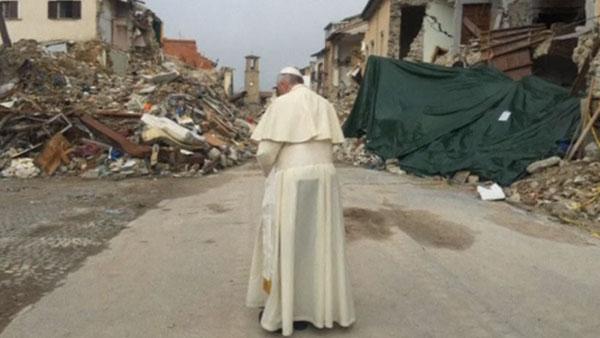 Papa reza em meio aos escombros em Amatrice / Foto: Reprodução Reuters
