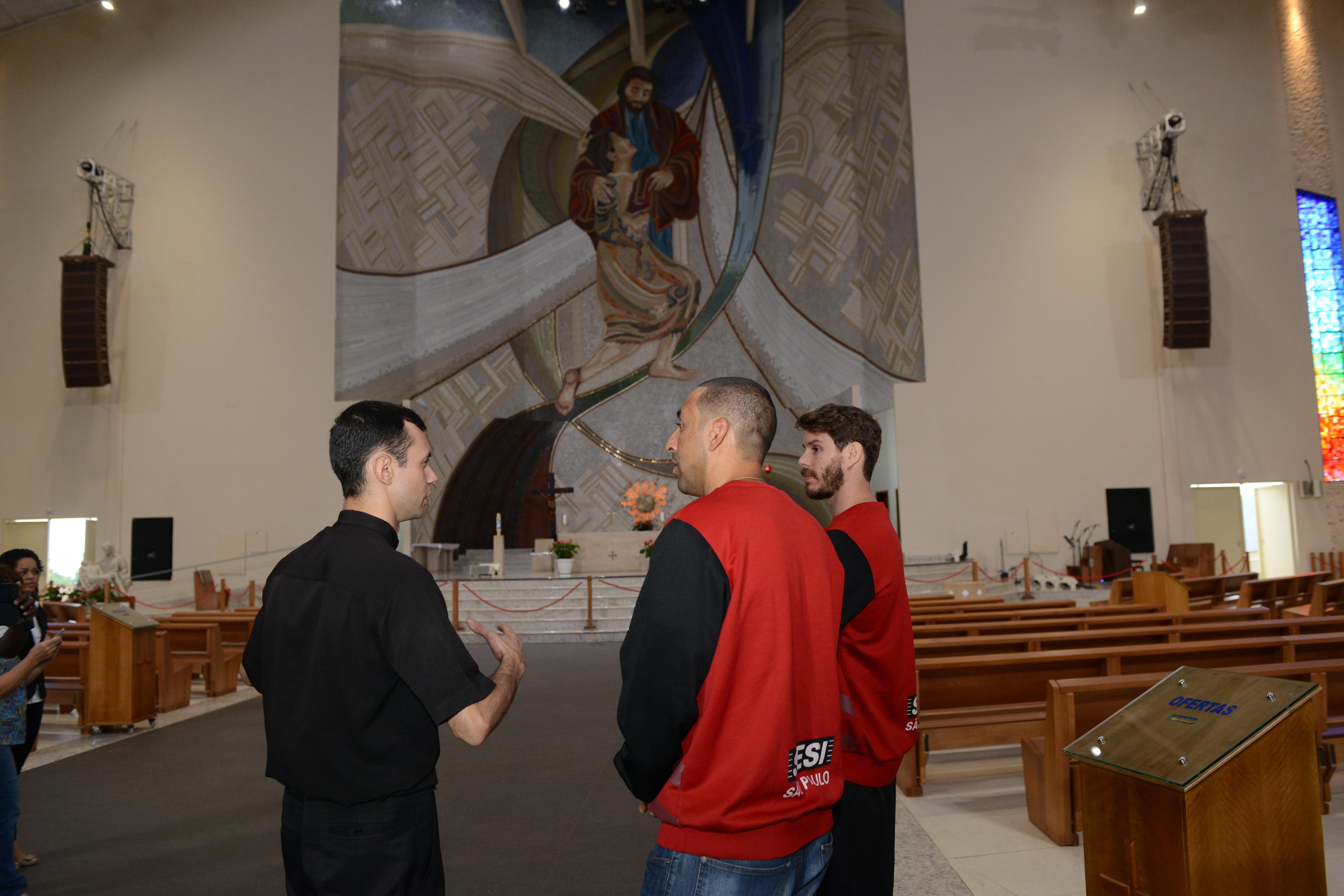 Padre Mário Prado, vice-reitor do Santuário, acompanha Bruninho e Serginho durante visita / Foto: Wesley Almeida-CN