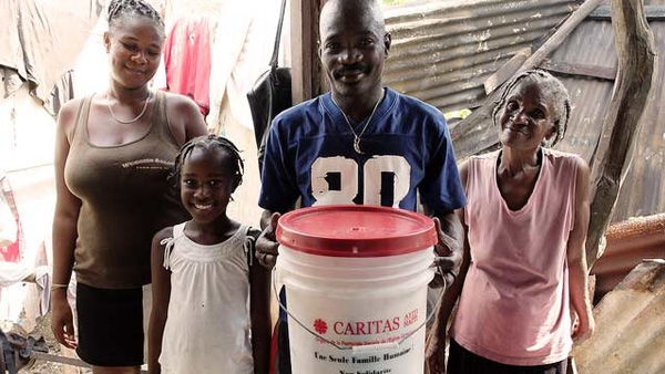 Família recebe kit de comida e higiene da Cáritas após furacão Matthew / Foto: Kelly Di Domenico - Cáritas Canadá
