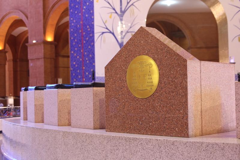 Cátedra de Dom Damasceno com seu brasão episcopal presente no Altar Central do Santuário / Foto: Arquidiocese de Aparecida