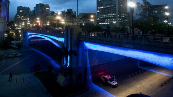 Viaduto Chá com iluminação azul por ocasião da campanha / Foto: Instituto Lado a Lado pela Vida