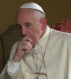 Pensativo, Francisco recorda momentos da sexta da misericórdia / Foto: Reprodução TV 2000 - youtube