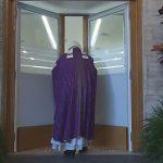 No dia 18 de dezembro de 2015,  Papa Francisco abriu a primeira Porta Santa em um albergue da Cáritas em Roma / Foto: reprodução CTV
