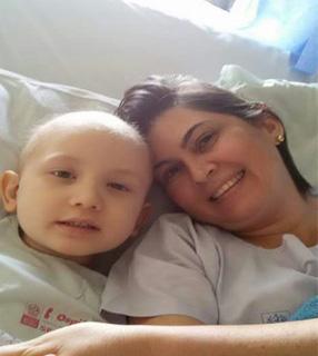 Rita de Cássia e o filho Joao Pedro, que teve neuroblastoma./ Foto: Arquivo Pessoal.